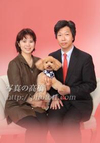 ペットと一緒にご家族写真 また一年後のデコちゃんの ご家族です 随分大人っぽくなりましたよ