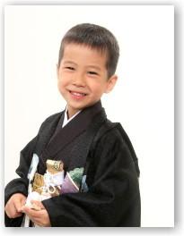 ニコニコ5歳の七五三写真 黒の袴姿で。