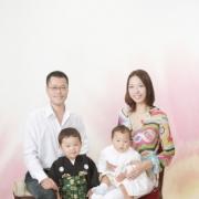 下の赤ちゃんも生まれてお幸せな家族写真