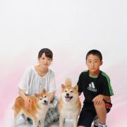 ペットと一緒家族写真4人姉弟ですよね