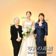 おばあちゃま,お母様と一緒,花嫁姿で記念写真撮影