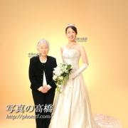 おばあちゃまと一緒,花嫁姿で記念写真撮影