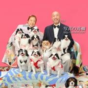ペットと一緒に家族写真。ボスはやはりいつもの場所で泰然としていますよ。