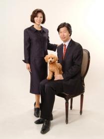 ペットと一緒にご家族写真 ぬいぐるみのようなペット,デコちゃんのご家族です。ペット写真の頁もどうぞご覧ください。カワイイわんちゃんデコちゃんに会えますよ。