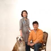 爽やかなペットと一緒のご家族写真 記念撮影です。びっくりするような大型犬のレイシーちゃんですが撮影中は一言もお声が聞かれませんでした ペット写真の頁にレイシーちゃんが入っています。、
